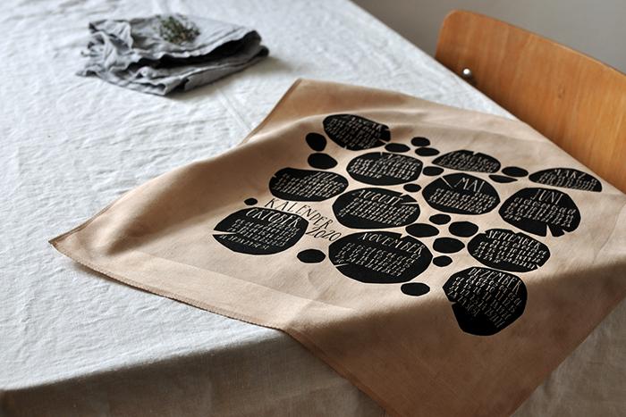 bastisRIKE handbedruckter Textilkalender, teegefärbt